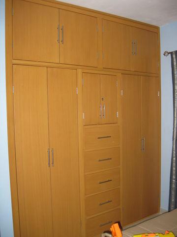 Closet en madera de pino color coig e del tipo patinado for Modelos de zapateras de melamina