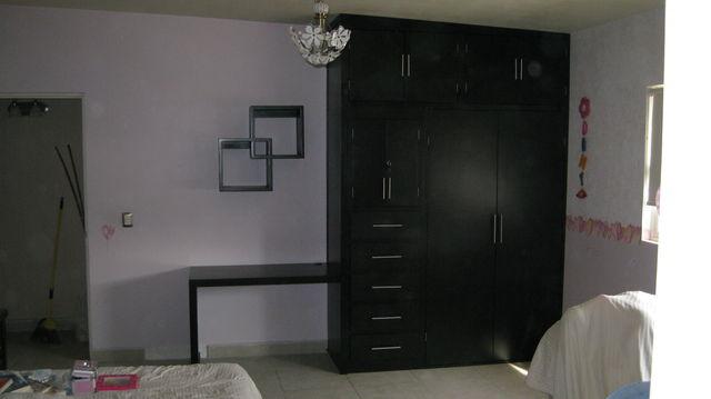 Closet con escirtoio lateral en madera de pino color for Fotos de zapateras de madera