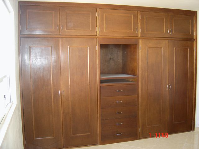 closet en madera de pino color nogal carpinteria con clase On lista precios de closets de madera