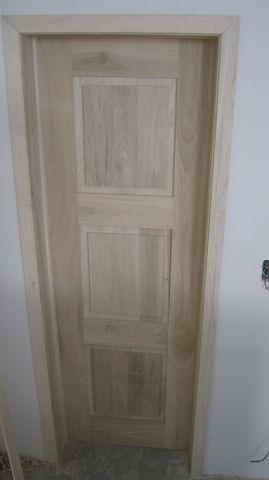 Puerta en madera de poplar solida con marco envolvente for Puerta de madera con marco