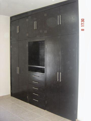 Closet en madera de pino color chocolate carpinteria con for Closet de madera para zapatos
