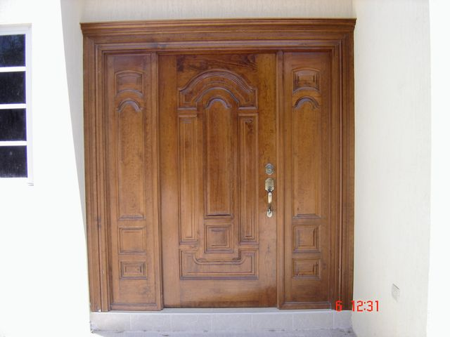 Puerta solida de pino color nogal con laterales for Puertas color pino