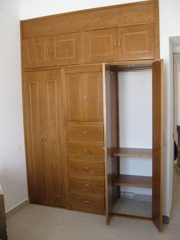 Closet en madera de pino color roble semi mate carpinteria con clase - Puertas color pino ...