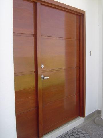 Puerta principal en madera de banak estilo minimalista for Puertas de madera interiores minimalistas